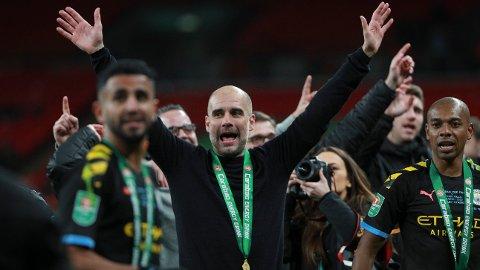 Pep Guardiola jubler etter at Manchester City vant ligacupen for tredje gang på rad i mars i fjor. De slo Aston Villa 2-1 i finalen.