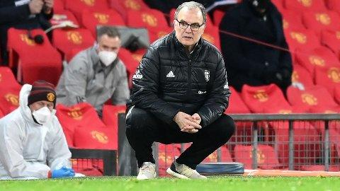KJENT POSITIUR: Marcelo Bielsa følger nøye med på tingenes tilstand da lagene møttes tidligere i sesongen, på Old Trafford.