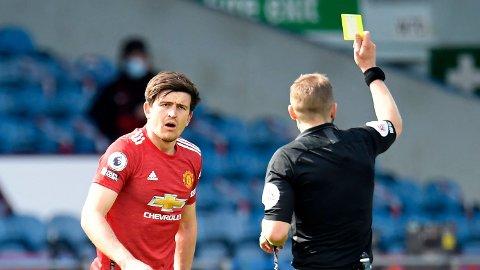 Craig Pawson viser Harry Maguire det gule kortet. Manchester United-kapteinen var en av flere som ble tydelig frustrert utover i kampen.