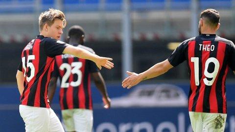 Jens Petter Hauge feirer 1-1-scoringen sin mot Sampdoria sammen med lagkamerat Theo Hernandez. Kampen mot Sampdoria for tre uker siden er forrige gang den tidligere Glimt-spilleren var på banen for Milan.