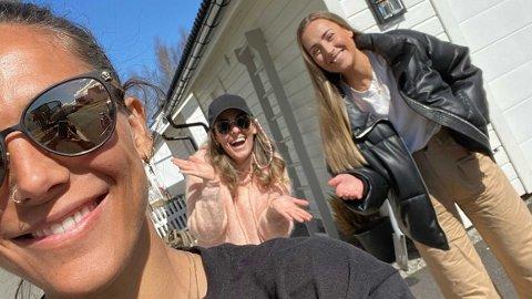 NY GJEST: Jørgine Massa Vasstrand gjester Nettavisen-podkasten «SCHENDIS» med Rikke Monsen og Julie Solberg.