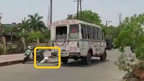 En video av et lik som faller ut av en ambulanse går nå verden rundt, og illustrerer hvor ille det står til i India akkurat nå. Se videoen nede i saken.