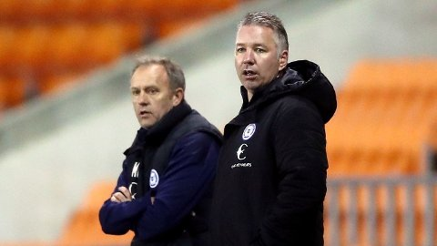 Peterborough United-manager Darren Ferguson (t.h.) er overtroisk og vil ikke ha faren på kampene sine.