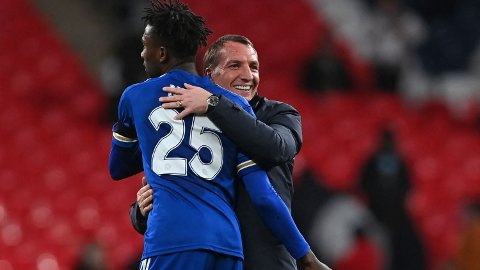 Brendan Rodgers (t.h.) omfavner Leicesters midtbanespiller Wilfred Ndidi etter at laget slo Southampton i FA-cup-semifinalen på Wembley. Vi tror Rodgers menn tar en ny seier i fredagens kamp på St Mary's.