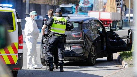 STOPPET PÅ MOTRVEI: Politi på stedet der en person ble pågrepet i en bil på E18 på Strand i Bærum, mistenkt for å ha skutt og drept en kvinne på Frogner i Oslo.