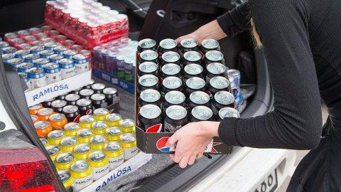 KrF vil gjøre det mulig å pante Ramlösa- og Pepsi Max-bokser kjøpt i Sverige i Norge. Her lastes flere brett med drikkevarer inn i en bil på Nordby Shoppingcenter like utenfor Svinesund – riktignok før pandemien kom og stengte grensene.
