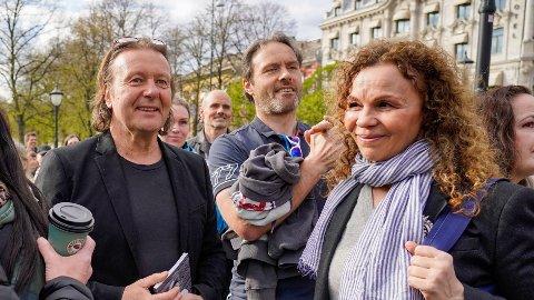 Svein Østvik og Kari Jaquesson var blant koronaskeptikerne som demonstrerte på Eidsvolls plass ved Stortinget, lørdag ettermiddag.