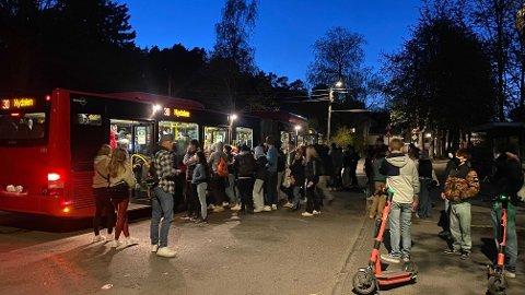 Mange ungdommer fylte opp bussen på Huk etter å ha fått beskjed om å dra hjem.