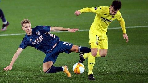 Martin Ødegaard i duelle med Villarreal's Manuel Trigueros i torsdagens Europa League-kamp på Estadio de la Ceramica in Villarreal. Ødegaard er ventet å starte søndagens bortekamp mot Newcastle i Premier League.