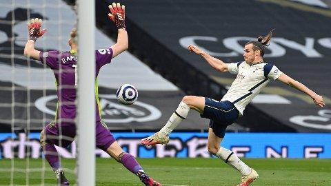 SCORING: Gareth Bale sendte Tottenham i ledelsen i første omgang etter å ha blitt spilt vakkert igjennom av Serge Aurier.