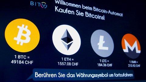 Kryptovalutaen ether satte en ny rekord mandag, da verdien passerte 3000 dollar for første gang. Dette bildet med logoene til Bitcoin, Ether, Litecoin og Monero er tatt i Sveits i begynnelsen mars i år.