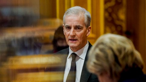TRONESKIFTE?: Ap-leder Jonas Gahr Støre under en spørretime på Stortinget tidligere i år. Foran skimtes statsminister og Høyre-leder Erna Solberg.