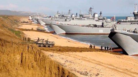 Et bilde hentet fra en video offentliggjort 23. april viser russiske landgangsfartøyer som øver på Krim-halvøya. Foto: Det russiske forsvarsdepartementet / AP / NTB