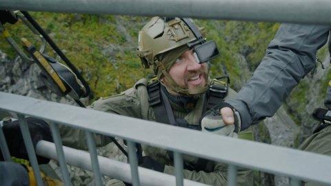 PANIKK: Bernt Hulsker får panikk og skjeller ut sikkerhetsteamet under lørdagens sending av«Kompani Lauritzen».
