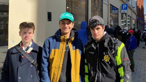 LANG VENTETID: Elias Hubred (fra venstre), Darius Deadstar og Daniel Heshmati har ventet siden torsdag kveld på at Foot Locker skulle åpne.