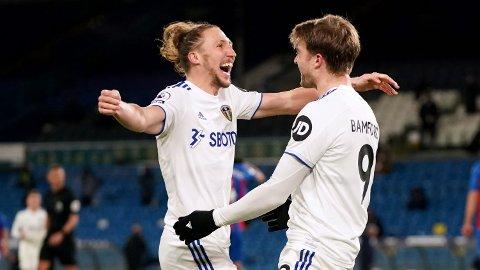 Patrick Bamford (t.h.) jubler sammen med Luke Ayling etter å ha scoret Yorkshire-lagets andre mål i kampen mot Crystal Palace.