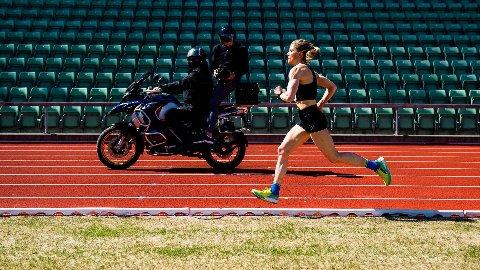 NÆR OL-KRAVET: Therese Johaug løp i mål åtte sekunder bak kvalifiseringskravet til OL på 10.000 meter på Bislett.