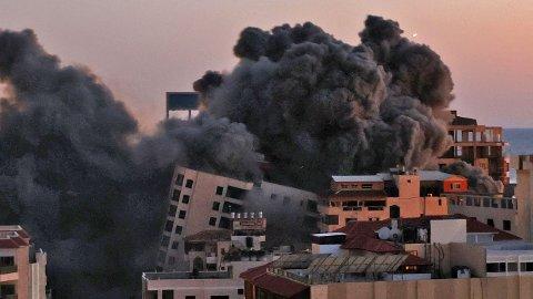 Her raser boligblokken sammen i Gaza etter å ha blitt bombet.