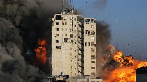 Her blir en høyblokk i sentrum av Gaza by truffet i et israelsk luftangrep onsdag kveld.