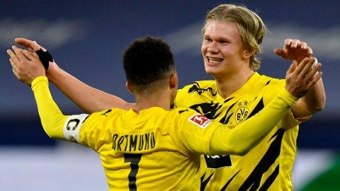 Erling Haaland og Jadon Sancho (med ryggen til) feirer seieren mot FC Schalke 04 i Gelsenkirchen i februar.