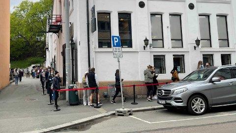 BEKYRMINGSVERDIG: Slik så det ut utenfor Vinmonopolet på Bislet i Oslo fredag formiddag. Køen fortsetter videre langt forbi hjørnet. Foto: Heidi Schei Lilleås / Mediehuset Nettavisen.