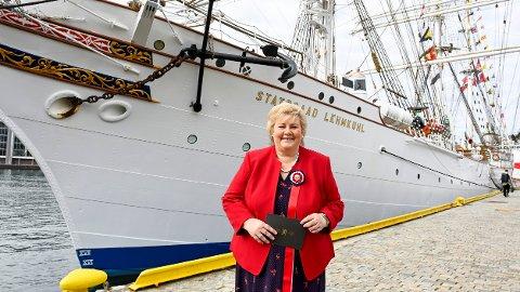 Statsminister Erna Solberg (H) om bord på Statsraad Lehmkuhl på 17. mai. På grunn av koronapandemien er det i år en annerledes feiring av nasjonaldagen.