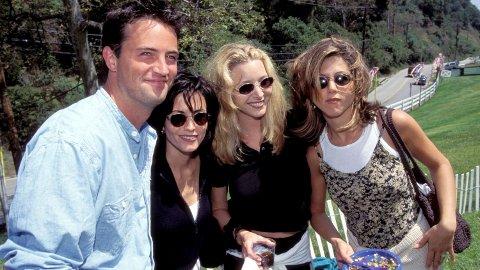 GJENFORENES: «Friends»-gjengen har samlet seg til en gjenforening - 14 år etter at serien tok slutt. Avbildet er fire av de seks vennene, Matthew Perry, Courteney Cox, Lisa Kudrow og Jennifer Aniston.