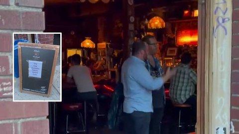 På denne puben Skinny Dennis i Brooklyn i New York har man som krav at ingen slipper inn på selve puben uten at de kan vise bevis for at de er vaksinert.