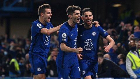 Jorginho (t.h.) og lagkameratene i Chelsea jubler etter 2-1-seieren mot Leicester i forrige serierunde.