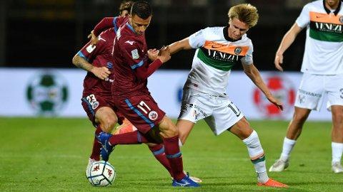 Dennis Johnsen (t.h.) og Venezia vant den første opprykksfinalen mot Cittadella. Her er nordmannen i duell med Cittadella-spiller Daniele Donnarumma.