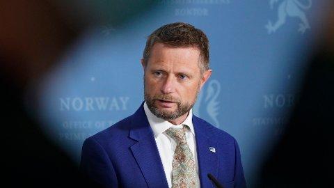 Helseminister Bent Høie (H) måtte i et internt Høyre-møte onsdag forsvare sin avgjørelse om ikke å takke ja til å bli prioritert i vaksinekøen, ifølge anonyme kilder. Arkivfoto: Gorm Kallestad / NTB