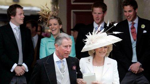 «UKJENTE» SØSKEN: Da prins Charles og Camilla Parker Bowles fant tilbake til hverandre, hadde de begge barn på hver sin kant. Det har ikke bare vært lett. Her er ekteparet avbildet med sine til sammen fire barn under bryllupet i 2005.