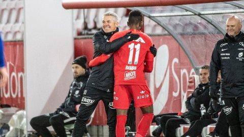 Kåre Ingebrigtsen takker Daouda Bamba for tre mål i eliteseriekampen mellom Brann og Aalesund i fjor. Nå kan det endelig være duket for flere smil på Brann Stadion.