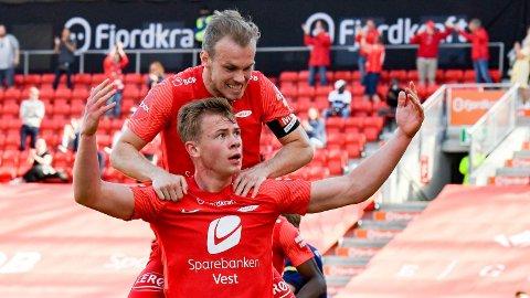 Petter Strand (øverst) og Aune Selland Heggebø jubler etter at Heggebø ga hjemmelaget ledelsen.