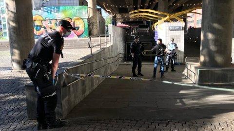 PÅ PLASS: Politiet har sperret av et område ved Grønland T-banestasjon etter en voldshendelse.