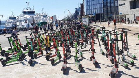 Slik så det ut på Aker Brygge forrige søndag. En hel haug med elsparkesykler var parkert like ved trikkestoppet.