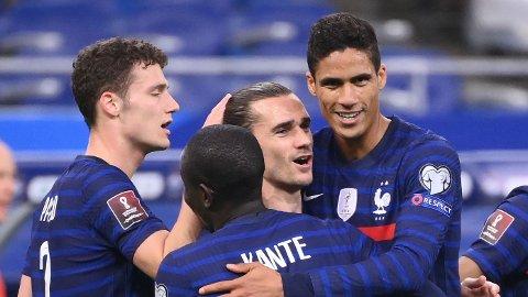 Antoine Griezmann gratuleres av sine lagkamerater etter sin scoring mot Ukraina i VM-kvalifiseringen den 24.mars.