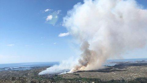 Da Statens skogbrannhelikopter ankom kunne man se røykskyen fra flere kilometers avstand.