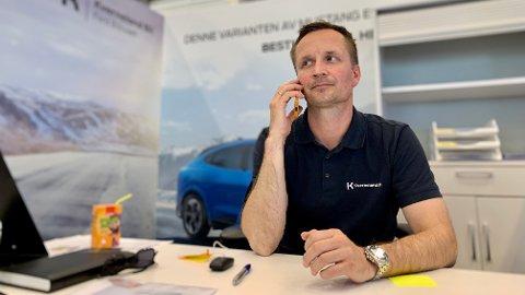 TELEFONEN GÅR VARM: Elbilansvarlig Simen Haave i Ford hos Kverneland Bil har sin fulle hyre med å ta unna pågangen.