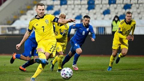 Sebastian Larsson scorer på straffe mot Kosovo i VM-kvalifiseringen 28.mars. Sverige vant til slutt kampen 3-0.