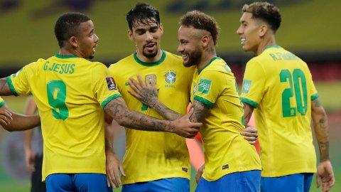 Neymar jubler sammen med lagkameratene etter å ha scoret 2-0-målet fra straffemerket mot Ecuador.