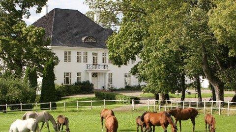 SOLGT: Semb Hovedgård er solgt, men prisen har de involverte valgt å holde internt.