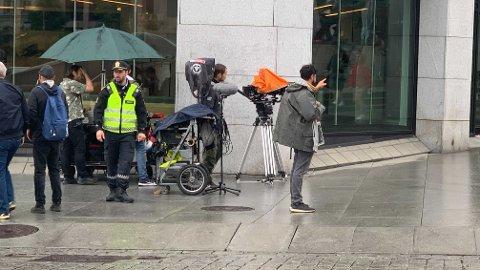 GJØR OPPTAK: Her spilles inn en scene fra den nye Olsenbanden-filmen på Karl Johan i Oslo.
