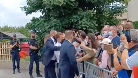 FIKET TIL: Mannen, i grønn t-skjorte, er siktet for å ha gitt Macron, i hvit skjorte, en hard ørefik under et skolebesøk i Tain-l'Hermitage i sørøst Frankrike tidligere denne uken.