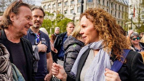 """KORONASKEPTIKERNE MØTES: Kari Jaquesson og """"Charter-Svein"""" Østvik i demonstrasjon foran Stortinget. Foto: Håkon Mosvold Larsen / NTB"""