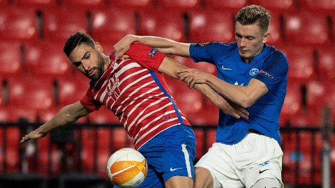 Marcus Holmgren Pedersen i duell mot en Granada-spiller i Europa League tidligere i år.