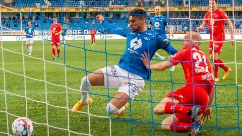 Moldes Ohi Omoijuanfo setter inn 3-0 i eliteseriekampen i fotball mellom Molde og Brann på Aker Stadion 16. mai.