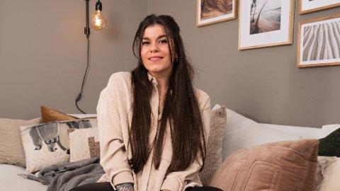 ÅPENHJERTIG: I podkasten «Schendis» forteller Kristin Gjelsvik om morens alvorlige sykdom. Her avbildet i forbindelse med innspillingen av TV 2-programmet «Sofa».
