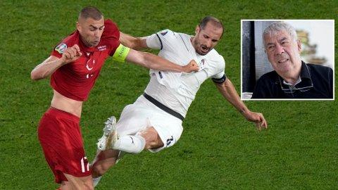 FIKK JULING: Burak Yilmaz og Tyrkia fikk kjørt seg mot Giorgio Chiellini og Italia.