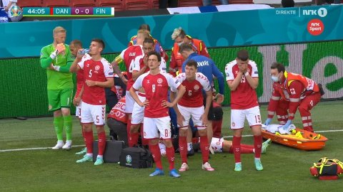 I RING: De danske spillerne samlet seg i ring rundt Christian Eriksen da han fikk livreddende hjelp.